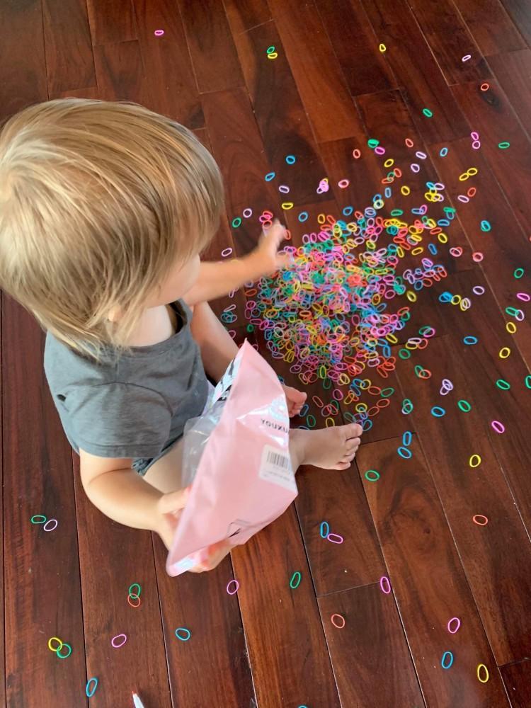 Нашла очередные игрушки. Рассыпать и складывать по одному в пакет.)
