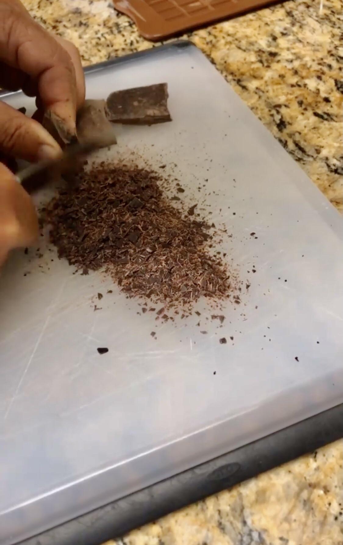 Спрессованный жмых какао-бобов.