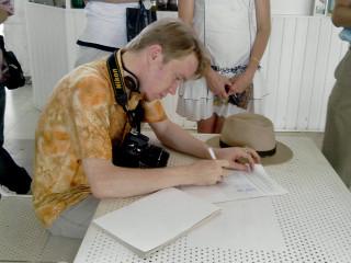 Блогер perepe4atnikov расписывается в журнале по технике безопасности
