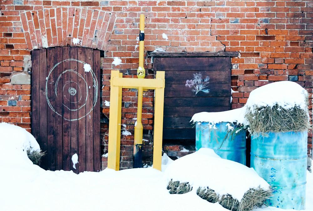 Сено, трубы и дверь с окном во дворе дома на улице Металлистов, город Тула