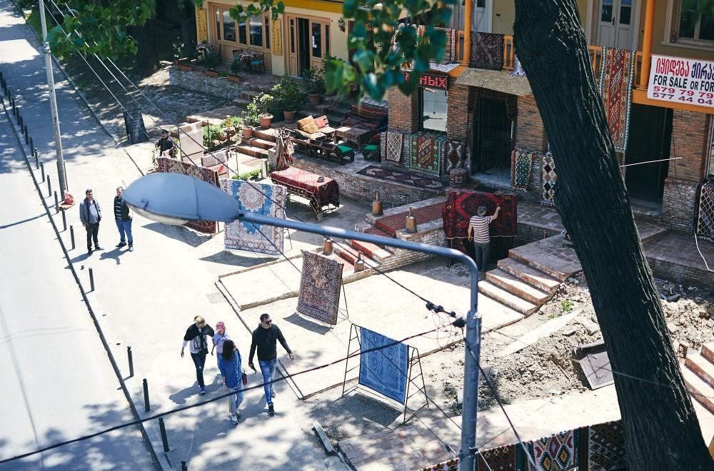 Развал с коврами у Сухого моста, Тбилиси