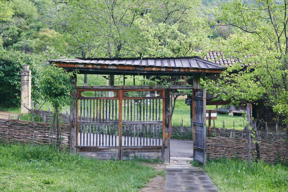 Этнографический музей в Тбилиси, еще одни ворота, почти пагода.