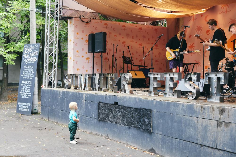 Очень юный фанат живой музыки