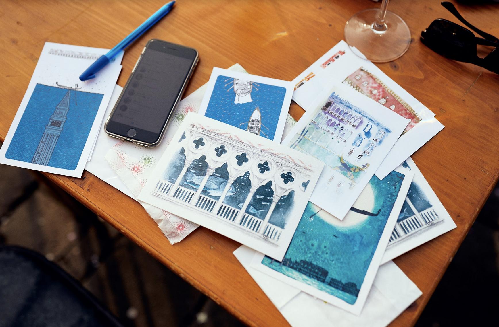 Эта фотография из Венеции, подписываю  открытки домой  и друзьям