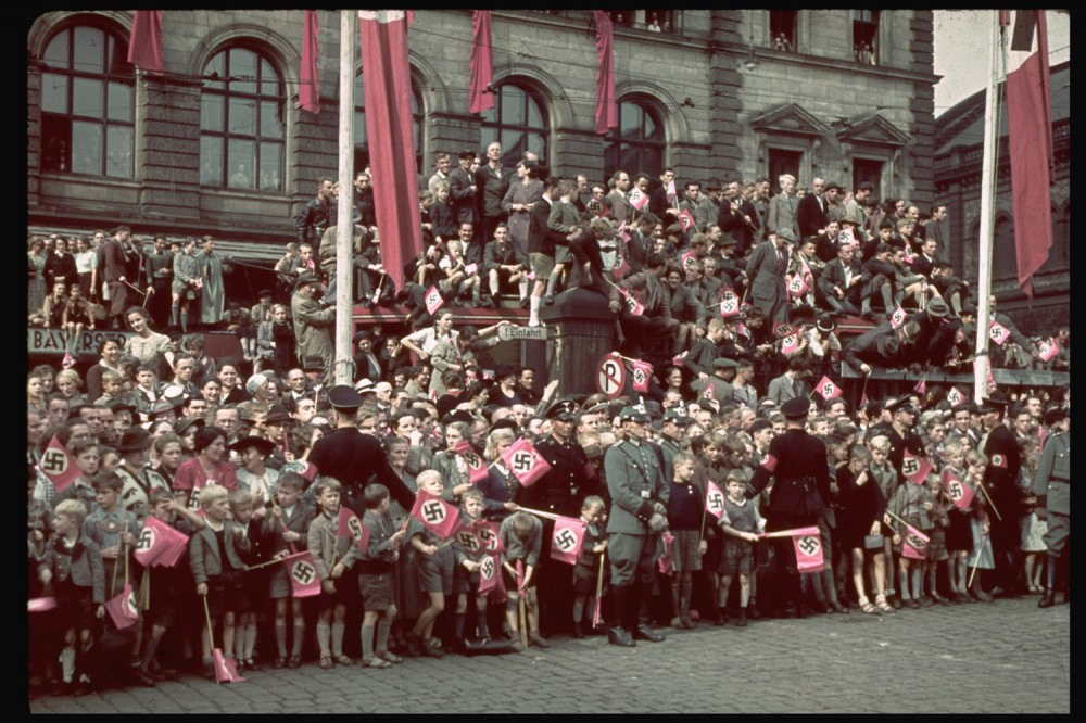 131101-adolf-hitler-crowd-munich-1938.jpg