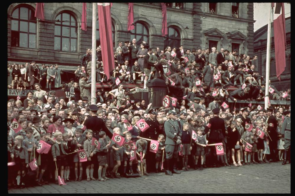 131101-adolf-hitler-crowd-munich-1938.jpg