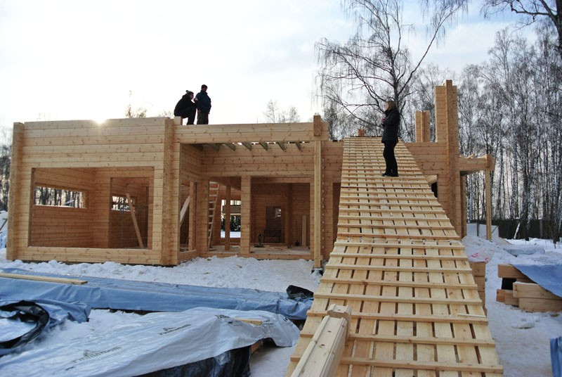 деревянный дом из бруса стройка