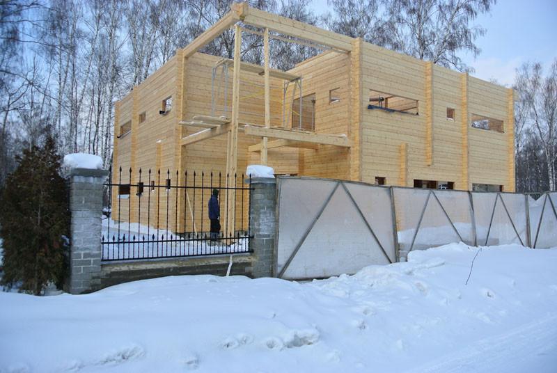 деревянный дом с дороги