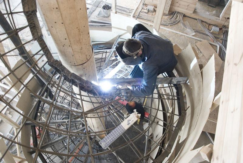 Варим арматуру и заливаем большую винтовую лестницу в центре дома ImhoDom.Ru - Сибирское Домовладение