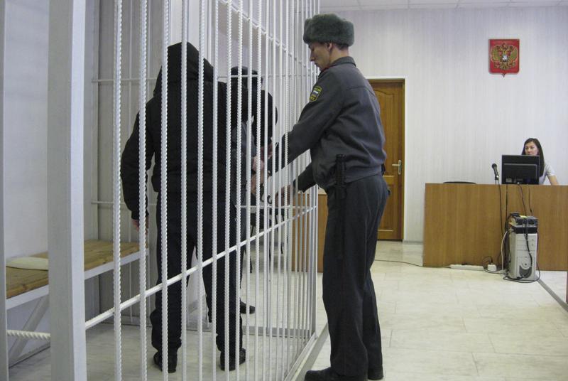 злоумышленник в наручниках