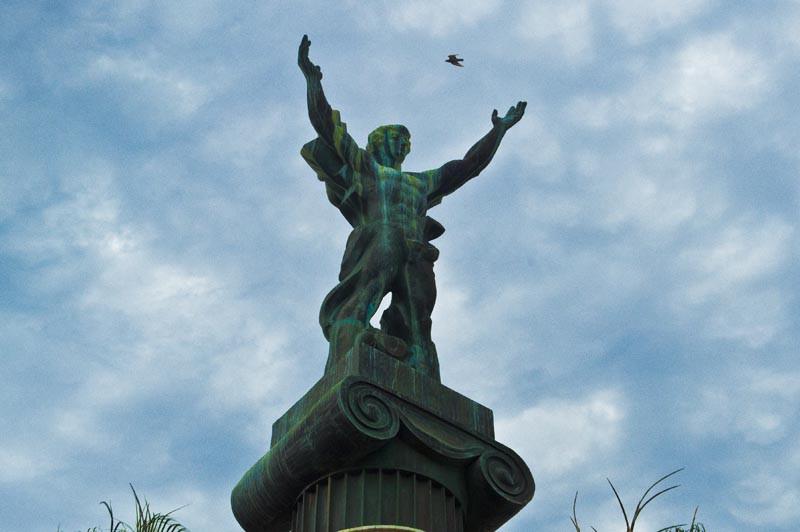 птицы гадят на памятник