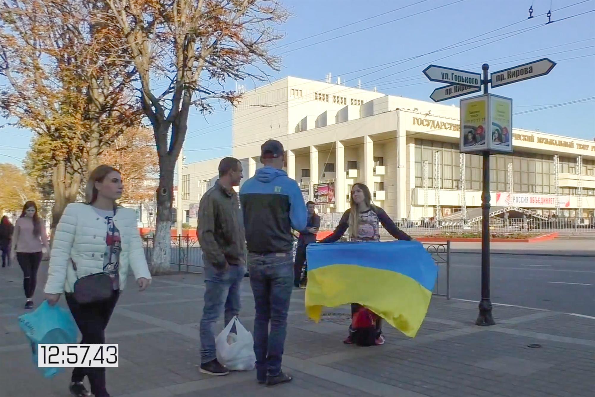 Скандал с девушкой развернувшей украинский флаг в Крыму