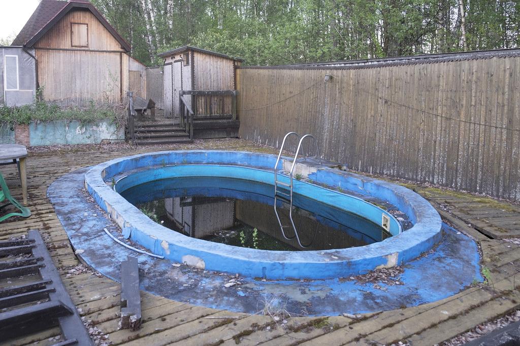Во что превратился дачный бассейн