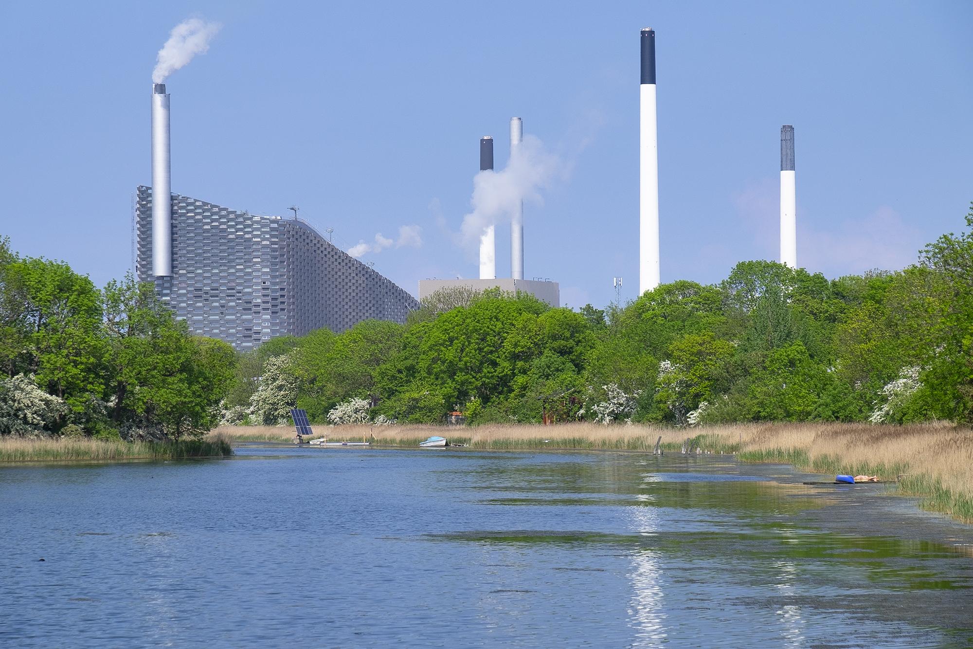 Дания Копенгаген завод вид с пруда.jpg