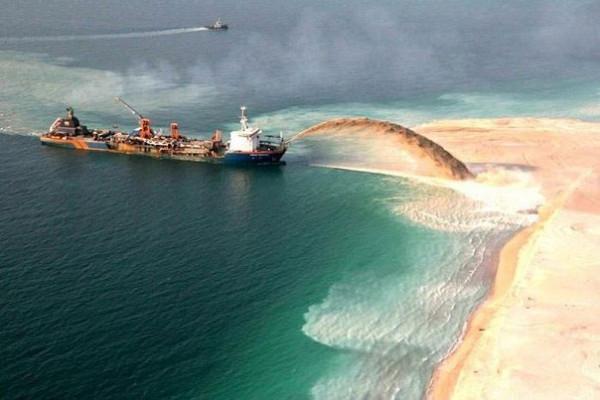 корабль насыпает остров