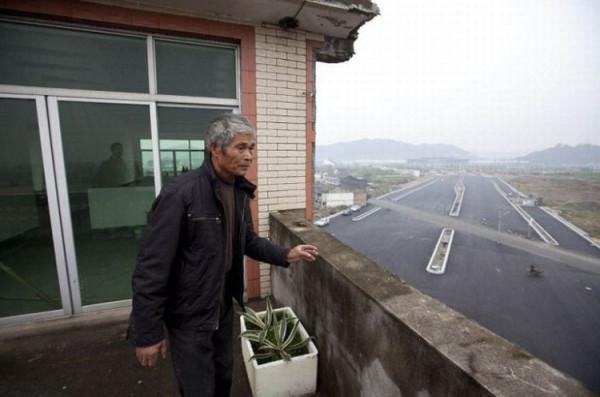 дом посреди скоростного шоссе (китай)