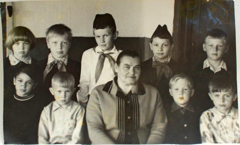 Третий класс (с галстуками) - три человека, второй - четыре человека, и первый - два человека (по бокам от Анастасии Васильевны).