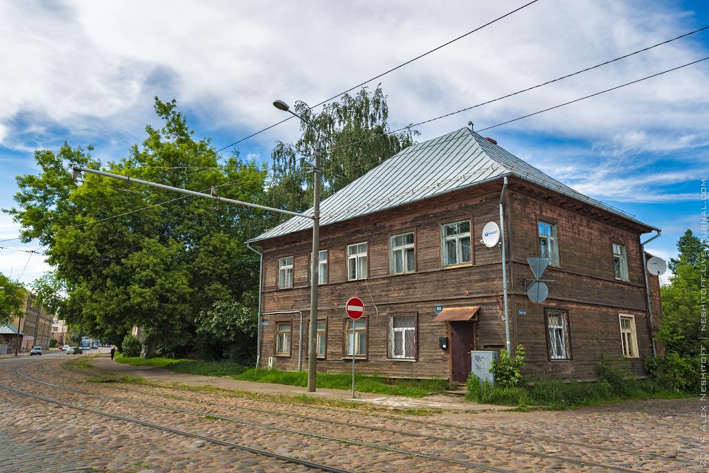 2014-Latvia-Riga-Woodenhouse-002
