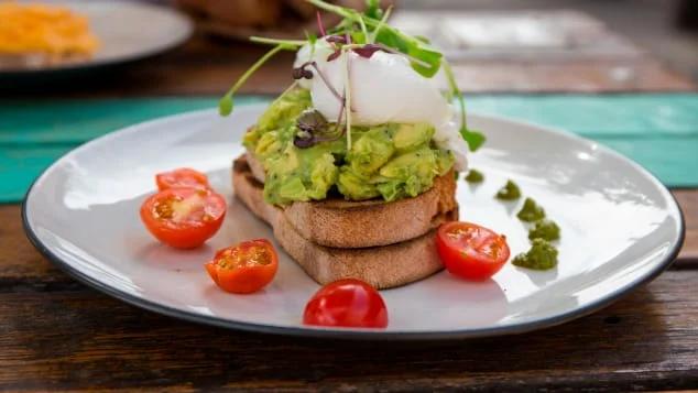 Разбитое авокадо и яйца пашот с помидорами черри - это оригинальное австралийское блюдо, популярное при похмелье. Фото с сайта edition.cnn.com