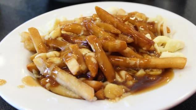 Poutine (путИн, не путать с Путиным) - популярное блюдо в Монреале, которое подавляет похмелье прекрасным сочетанием соли, жира и углеводов. Фото с сайта edition.cnn.com