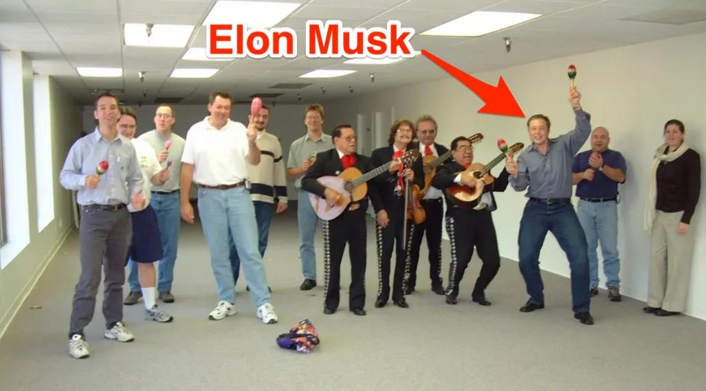 Широко разошедшееся по интернету фото компании SpaceX в момент, когда Илон Маск только-только собрал кучку первых специалистов.