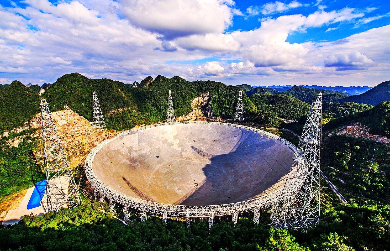 Недавно построенный самый большой в мире китайский радиотелескоп FAST
