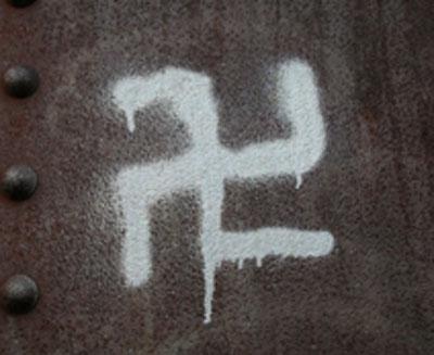 Свастика на заборе Кишинева нарисованная молдавскими комсомольцами.Павел Григорчук