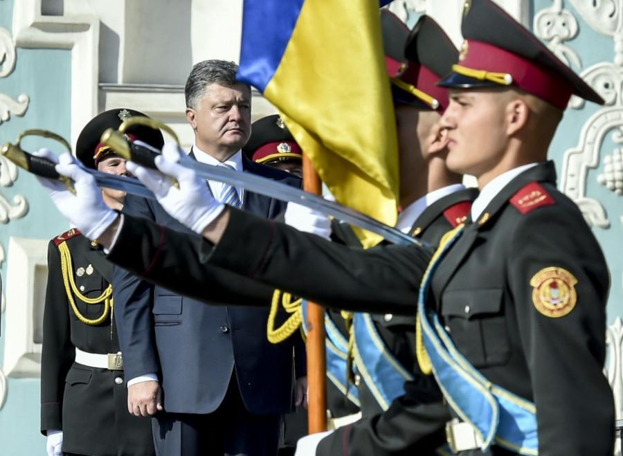 Почетный караул рубит голову Порошенко