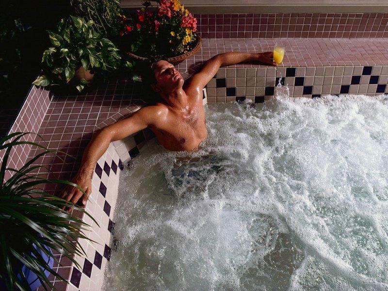 на что в бассейне девушки смотрят у парней белье более подходящее