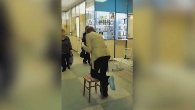 В новосибирской поликлинике вместо костылей выдали табуретку