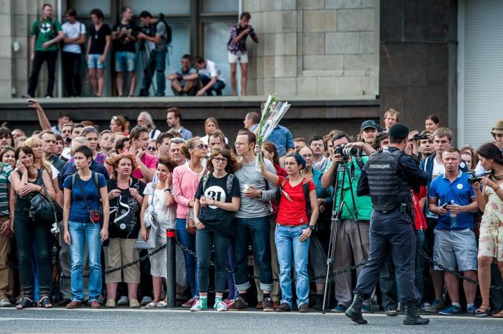Лидеров оппозиции легко узнать в толпе по униформе: они одеты в футболку, джинсы и обязательно с большим рюкзаком за спиной.