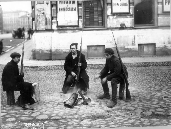 Октябрь 1917 г. Красногвардейский патруль у костра на улице, 1917 год