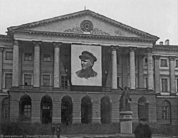 Памятник В. И. Ленину у главного подъезда Смольного, 1935 год