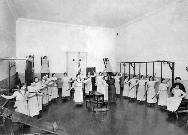 Смольный институт. Урок гимнастики. Фото 1889 г.
