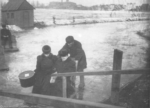 Каталь и пассажиры на Неве, вид со Смольной набережной, 1900 год