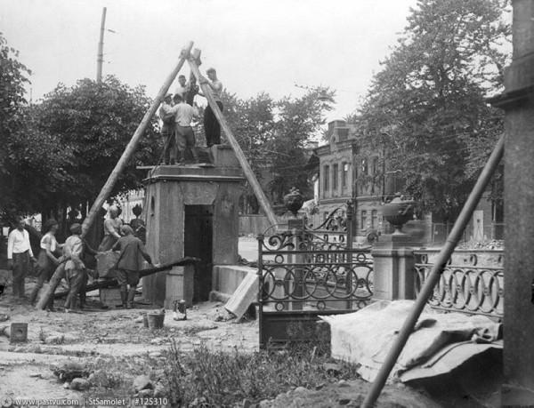 Восстановление ограды Таврического дворца, разрушенной фугасной бомбой, 1943 год