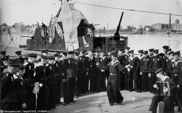 Подводники К-52 после награждения медалями За оборону Ленинграда, 1943 год