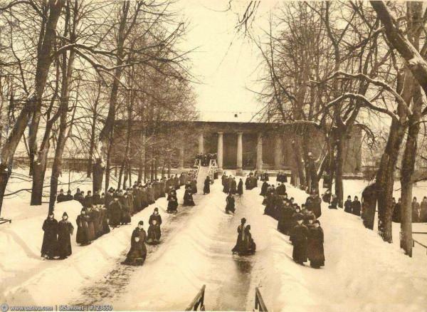 Смольный институт. Катание с горки, 1913 год