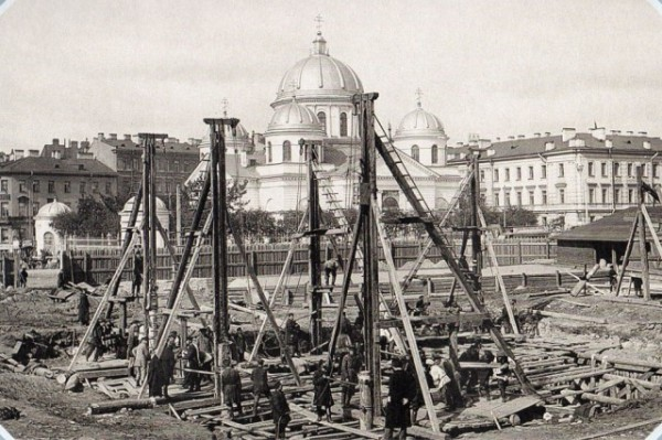 Забивка свай для памятника Александра III
