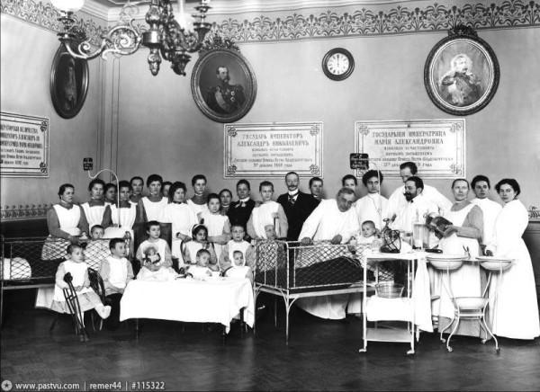 Медицинский персонал с детьми, Раухфус у кровати ребёнка. 1900-1917 гг