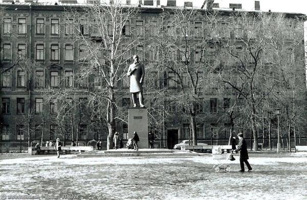 Памятник Н.А.Некрасову в Греческом саду, 1977 год