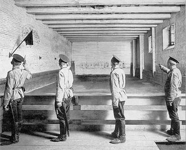 Нижние чины упражняются в стрельбе в одном из полковых тиров города