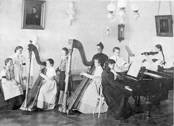 Урок игры на арфе. Выпускной альбом института, 1900 год