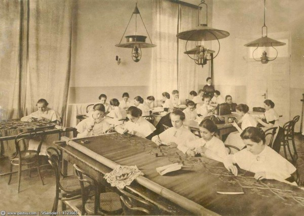 Смольный институт. Урок вышивки, 1914 год