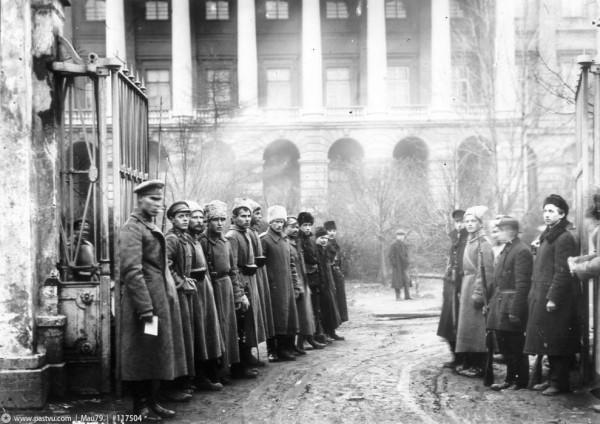 Октябрь 1917 г. У ворот Смольного., 1917 год