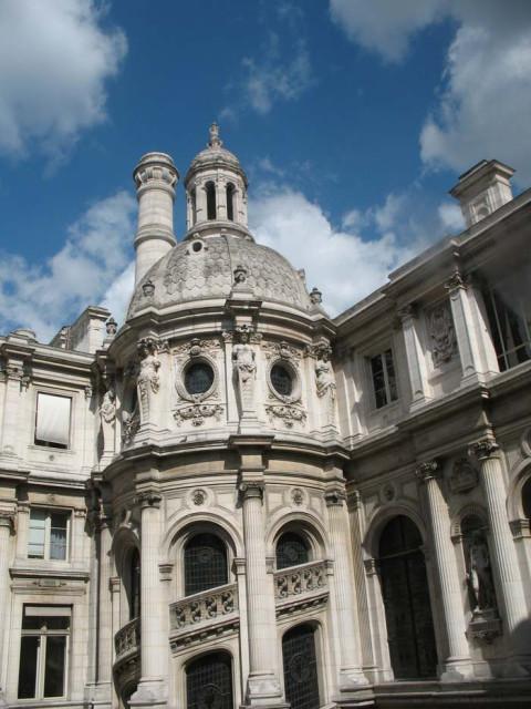 Здание Отель де Вилль, вид на внутренний дворик и винтовую лестницу.