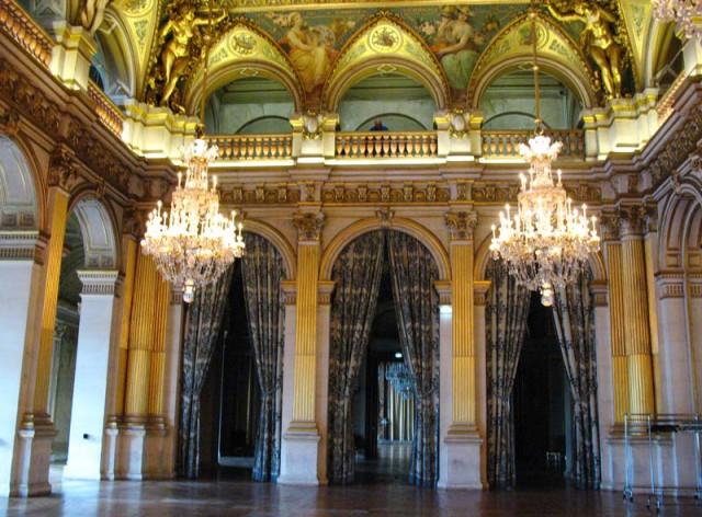 Бальная зала, в которой проходят официальные приемы и никаких балов. На втором этаже размещается оркестр.