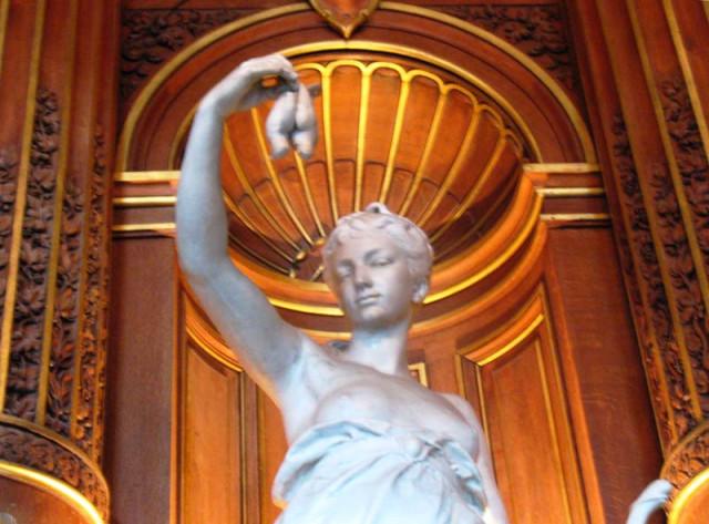 Девушка с птицами, символизирующая один из департаментов Франции.