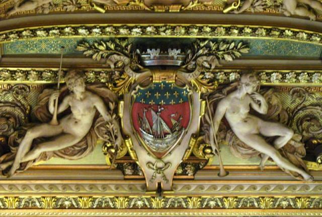 Часть украшения  с гербом Парижа, его символ - корабль.