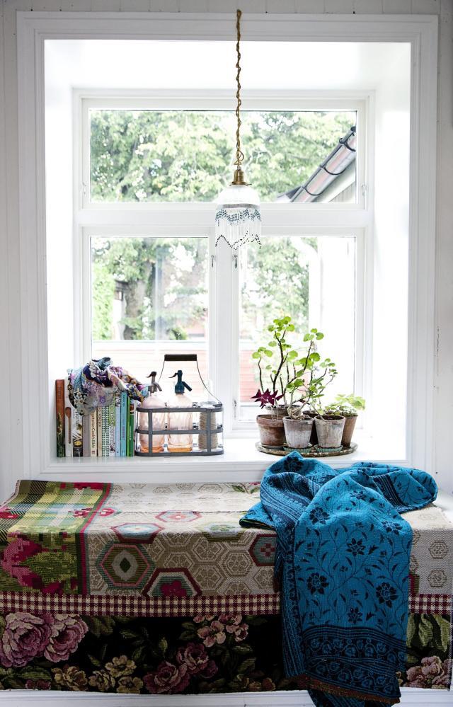 banco de ventana decorado con objetos vintage sifones